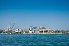 在货物的起重机端起在塞瓦斯托波尔海湾 免版税库存照片