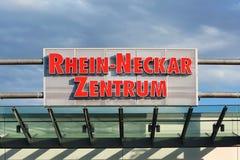 在购物中心叫的'莱茵上在天空蔚蓝前面的内卡河Zentrum'入口的大标志  库存图片