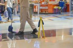 在购物中心的人清洗的地板 免版税库存照片