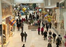 在购物中心的圣诞节购物 免版税库存图片
