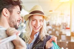 在购物中心的年轻愉快的夫妇购物 库存照片