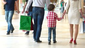 在购物中心的愉快的家庭圣诞节购物 有母亲和父亲的男孩 父母和孩子有包裹的与 影视素材
