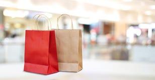 在购物中心的红色和棕色购物袋存放背景 免版税库存照片