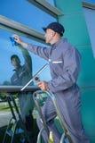 在购物中心的风窗清洁器 免版税图库摄影