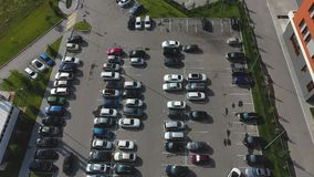 在购物中心附近的停车处 汽车停放或离开停车场 股票录像