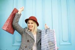 在购物以后满意的愉快的女孩 免版税图库摄影