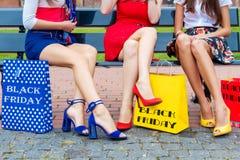 在购物以后的朋友妇女在购物中心 库存照片