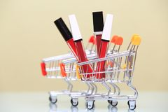 在购物台车的唇膏 免版税库存照片