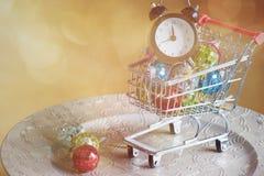 在购物台车,被定调子的减速火箭的圣诞节装饰 免版税库存图片