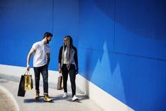 在购物旅行的一对夫妇 免版税库存照片