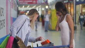 在购物期间的两个女性朋友 影视素材