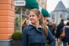 在购物街道上的少妇 免版税库存图片