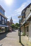 在购物街道的看法在小室在wadden海岛上的城镇村庄 库存照片
