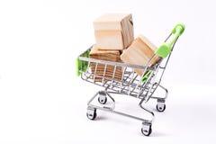 在购物车的木立方体 免版税库存照片