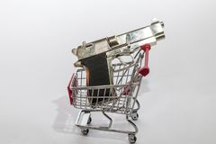 在购物车的枪 枪玩具 各种各样的武器的一家商店 免版税库存图片