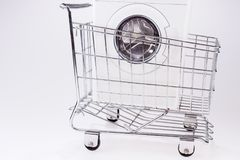 在购物车的洗衣机 库存照片