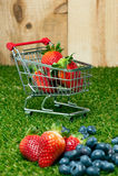 在购物车的草莓 免版税图库摄影