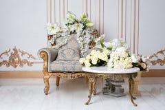 在贵族样式的豪华葡萄酒内部与典雅的扶手椅子和花 减速火箭,经典之作 免版税库存照片