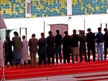 在费萨尔清真寺,伊斯兰堡,巴基斯坦的祷告 免版税库存图片