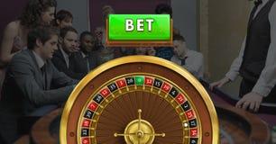 在赌博娱乐场打赌按钮和轮盘赌的赌轮和人 库存图片
