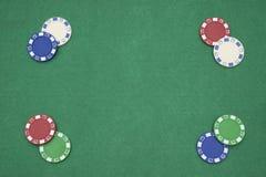 在赌博娱乐场桌上的纸牌筹码 免版税图库摄影