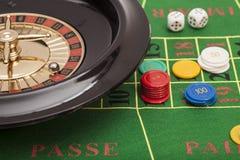 在赌博娱乐场轮赌,切削并且把堆积在一床绿色毛毡切成小方块 免版税库存照片