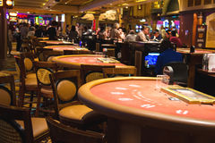 在赌博娱乐场金银岛,拉斯维加斯大厅的赌桌  免版税库存照片