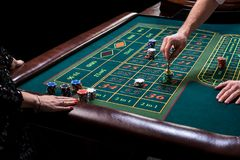 在赌博的桌后的副主持人在赌博娱乐场 免版税库存图片