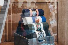 在赖德&艾米剑桥大学衣裳商店窗口显示的围巾  库存照片