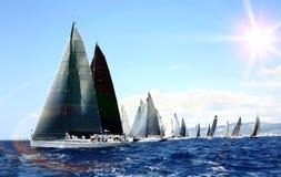 在赛船会的豪华游艇 航行与风在海 免版税库存图片