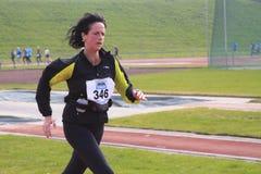 在赛跑者附近的女性完成 库存图片
