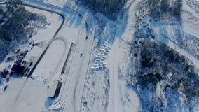 在赛车跑道电路的照相机飞行有驾车的在冬天轨道 股票录像