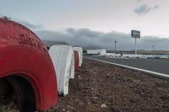 在赛马跑道的红色和白色轮胎墙壁 库存图片