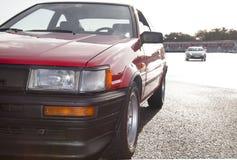 在赛马跑道的Toyote AE86和GT86 库存照片