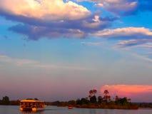 在赞比西河的小船巡航 图库摄影