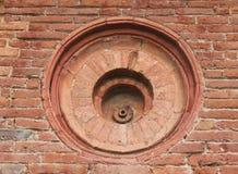 在赤土陶器砖墙的孔 库存图片