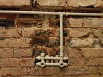 在赤裸墙壁上的液压机构 库存图片