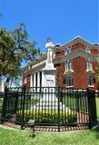 在赫尔南多县法院大楼前面的内战雕象 免版税库存照片