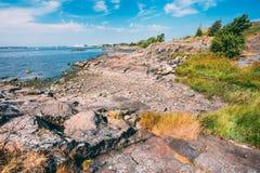 在赫尔辛基,自然附近的岩石海滨风景  库存图片