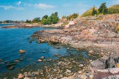 在赫尔辛基,自然附近的岩石海滨风景  图库摄影
