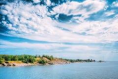 在赫尔辛基,芬兰附近的岩质岛 晴朗的夏天 库存照片
