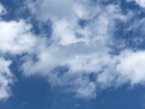 在赫特福德郡的梦想和蓬松移动的天空 免版税库存照片