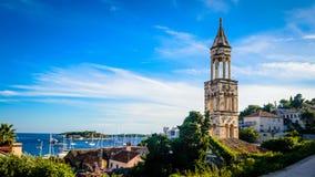 在赫瓦尔岛海岛上的老教堂钟塔在达尔马提亚 库存图片
