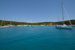在赫瓦尔岛海岛克罗地亚附近的风船 图库摄影