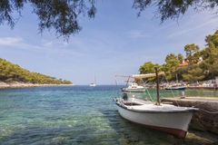 在赫瓦尔岛海岛,克罗地亚上的平静的海滩盐水湖 免版税库存照片