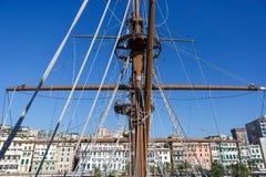 在赫诺瓦市口岸的西班牙galleon战舰复制品  免版税图库摄影