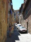 在赭色的一条狭窄的街道在意大利 库存图片