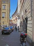 在赭色的一条狭窄的街道在意大利 库存照片