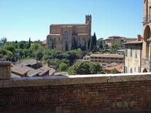 在赭色的圣多梅尼科大教堂在意大利 免版税库存图片