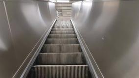 在走在乘客看法透视里面购物的mallPoint的观点的人上站立在自动扶梯的 影视素材